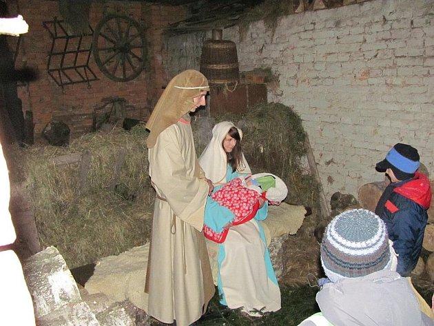 Živý betlém byl k vidění v sobotu navečer v Dobraticích.