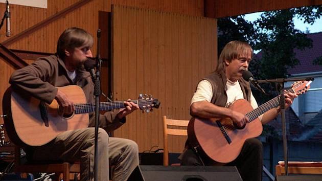 Slávek Janoušek (vpravo) a Luboš Vondrák během jednoho z mnoha koncertů.