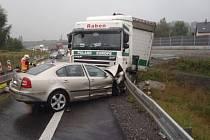 Havárie kamionu a dvou osobních automobilů na R48.