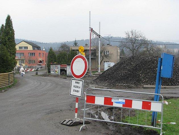 Lokalita u Slovanu (na archivním snímku). Touto cestou chodci v Lyžbicích dříve překonávali koleje, nyní už to není možné.
