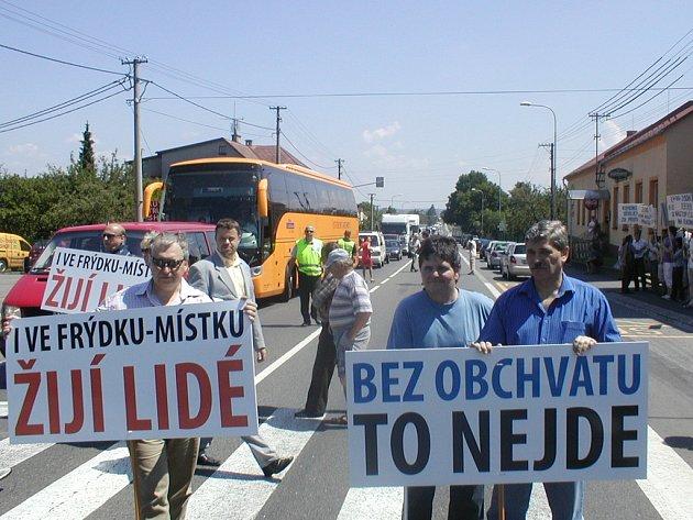 Frýdecko-místečtí radní zablokovali silnici I/48 v Zelinkovicích. Na chodníku proti radním demonstruje ODS.