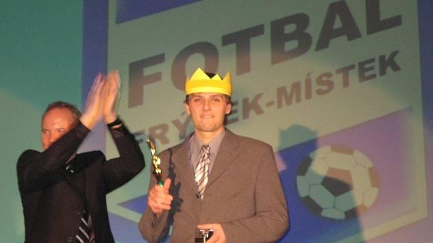 NEJLEPŠÍM FOTBALISTOU v kategorii mužů za rok 2007 se stal záložník Lubomír Němec (vpravo). Cenu mu předal Miroslav Janoviak.