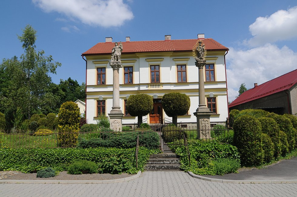 Budova fary v Horních Domaslavicích.