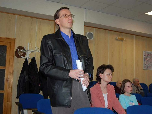 Martin Mládek čeká na příležitost předat protestní petici.