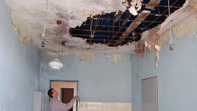 V některých místnostech místeckého střediska Krym jsou stropy doslova v děsivém stavu.