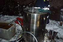 Z proražené lokomotivy v Bystřici museli hasiči likvidovat vyteklou naftu.