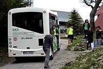 Elektrobus vyvezl studenty na Javorový vrch.