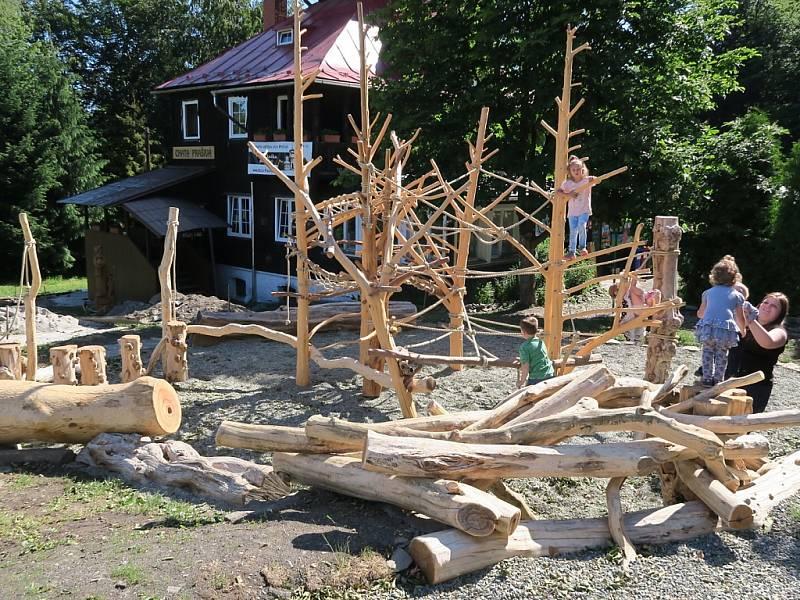 Prolézat ze stromu na strom, a nebýt v lese. Na Prašivé vzniklo přírodní hřiště.