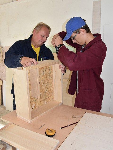 Výroba ježkovníků, okterou se postarali studenti SOŠ vTřinci.