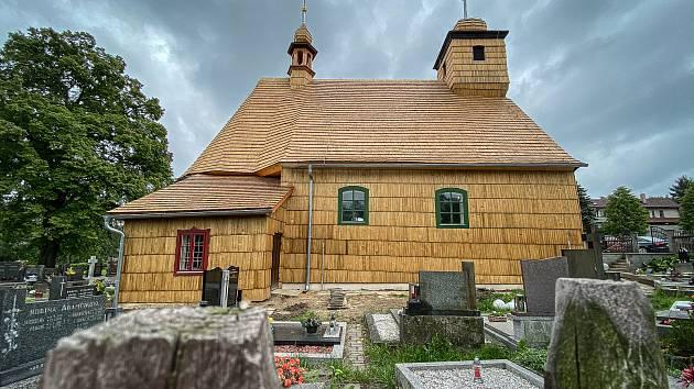 Opravený dřevěný kostel sv. Michaela Archanděla v Řepištích, červen 2020.
