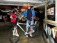 Jízdní kola se označují tečkováním v Kontaktním centru prevence v křížovém podchodu ve Frýdku-Místku. Ilustrační foto.