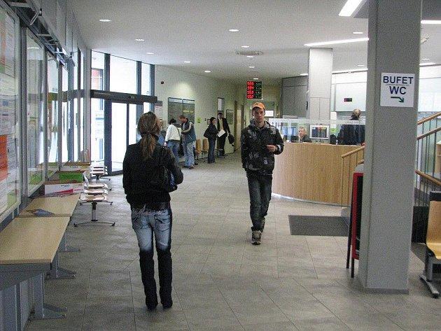 Frýdecko-místecký úřad práce. Počet evidovaných uchazečů v regionu klesl pod deset tisíc, míra nezaměstnanosti je nad devíti procenty.