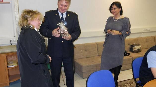 Třinečanka Alena Byrtusová (vlevo) přišla na jednání bezpečnostní rady, kde osobně a velmi emotivně poděkovala hasičům za jejich obětavost.