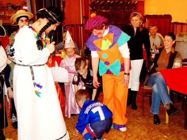 POŘADATELÉ SI pro děti připravili zajímavé hry. Na pořízeném snímku se právě jedné z nich aktivně zúčastnil malý fotbalista londýnského týmu Chelsea.