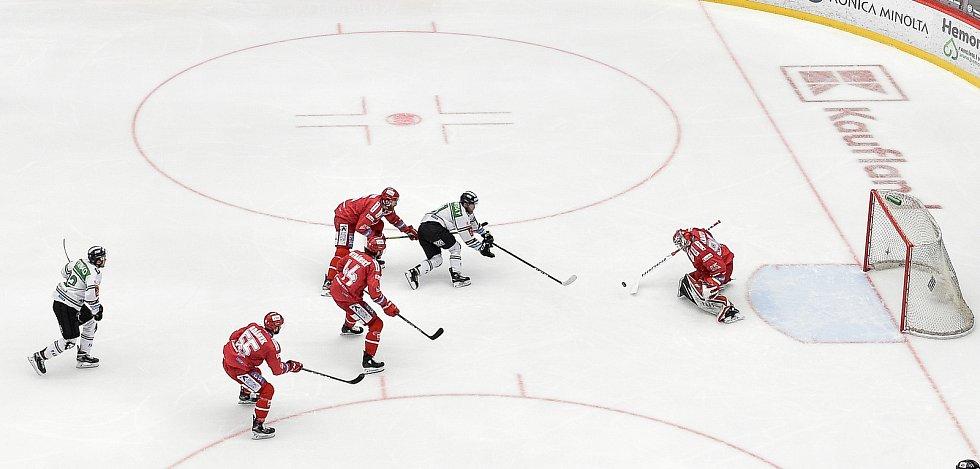 Semifinále play off hokejové Tipsport extraligy - 5. zápas: HC Oceláři Třinec - BK Mladá Boleslav, 11. dubna 2021 v Třinci. (střed) Jan Stránský z Mladé Boleslavi proti brankář Třince Ondřej Kacetl.