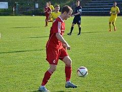 Třinecký obránce Jiří Janoščín (v červeném) možná odehraje v sobotu za slezský klub poslední utkání. Na začátku příští sezony se má totiž hlásit ve svém mateřském klubu z Brna.