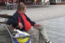 Na ulici žije tento muž už deset let.