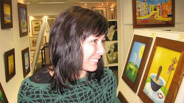 Malířka Ivana Pavlišová uprostřed své tvorby.