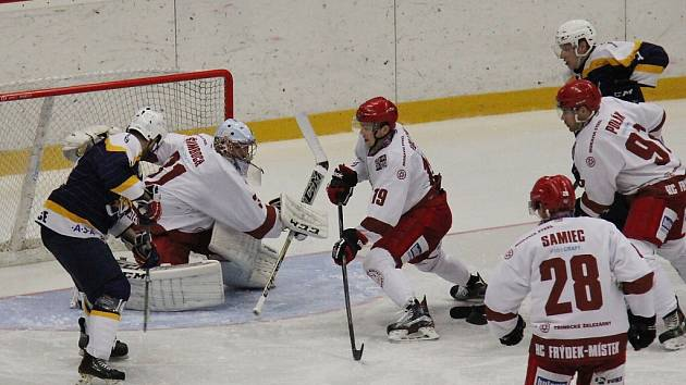 Hokejisté Frýdku-Místku (v bílém) potvrdili na úvod čtvrtfinálové série roli favorita a Kopřivnici porazili vysoko 7:3.