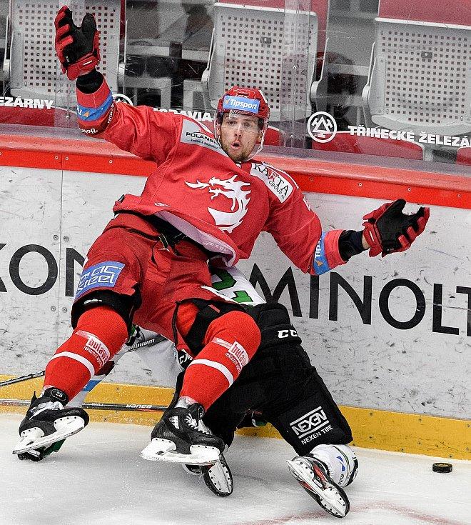 Semifinále play off hokejové Tipsport extraligy - 7. zápas: HC Oceláři Třinec - BK Mladá Boleslav, 15. dubna 2021 v Třinci. (zleva) Martin Gernát z Třince a Jakub Strnad z Mladé Boleslavi.