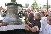 Sedmasedmdesátiletá Valerie Plačková z Frýdlantu nad Ostravicí se loučí se zvonem, který darovala městu. Vzápětí jej jeřáb vyzvednul do věže frýdlantského kostela svatého Bartoloměje.