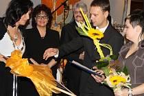 Cenu převzal z rukou starostky Třince Věry Palkovské ředitel nemocnice Karel Lukeš.
