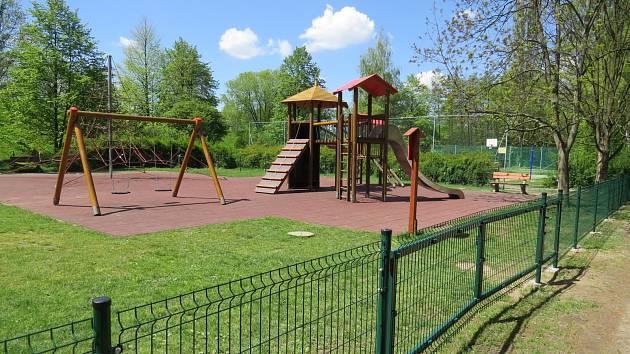 Dětské hřiště na ulici M. Majerové se stalo v posledních pár dnech častým terčem vandalů. Z tohoto důvodu bylo podáno trestní oznámení na neznámého pachatele.
