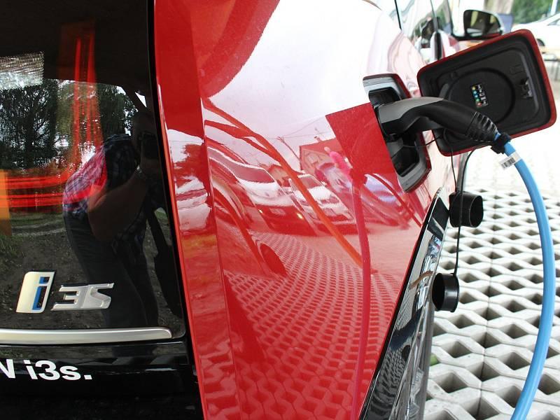 Dobíjecí stanice pro elektromobily, ilustrační foto.