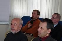 Člen řídícího výboru Slezského vodohospodářského svazku a právník Jan Starzyk (s mikrofonem) odpovídal na dotazy třineckých zastupitelů.