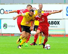 Fotbalisté Třince (v červeném) porazili v domácím prostředí nováčka z pražské Olympie 2:0.