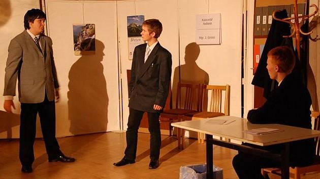 Studenti během divadelního představení.