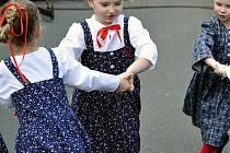 Velikonoční jarmark na třineckém náměstí Svobody před rokem nabídl také vystoupení folklorních souborů.