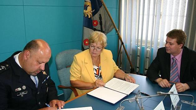 Petr Lessy z Policie ČR, frýdecko-místecká primátorka Eva Richtrová a její náměstek Michal Pobucký (zleva) podepisují dohodu o spolupráci mezi policií a městem.