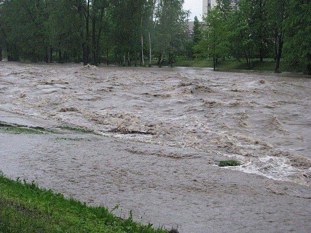V pondělí ráno se hladina Ostravice ve Frýdku-Místku blížila pěti metrům – je vyhlášen třetí stupeň povodňové aktivity.