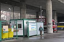 U této sběrny, která se nachází pod mostem v ulici Nádražní ve Frýdku-Místku, řádil zloděj nafty.
