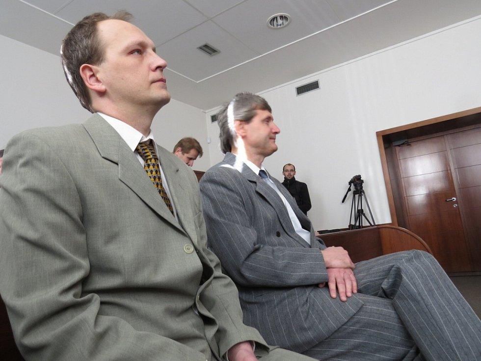 Lékaři Viktor Hladík a Petr Tancer při vynesení rozsudku v pondělí 9. března 2015 u Okresního soudu ve Frýdku-Místku.
