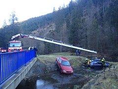 Nedaleko ústí potoka Rusňok v Horní Lomné se v neděli 20. prosince staly dvě navlas stejné nehody, při nichž řidiči nezvládli svá auta – Peugeot 307 a Citroën Xsara – a skončili ve vodě vedle silnice s mostem jen čtyři metry od sebe.