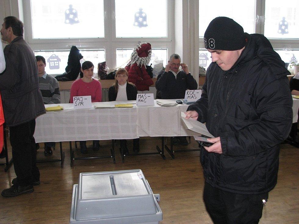 Přímá volba prezidenta probíhá i ve frýdecko-místecké 6. základní škole. Během prvních dvou hodin zde v pátek dorazilo 15 až 20 procent voličů.