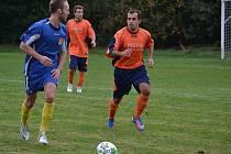 Fotbalisté Lučiny (oranžové dresy) pokračují ve vítězném tažení, když před domácími fanoušky porazili Fryčovice 3:0.