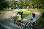 Děti si pod dohledem strážníků vyzkoušely jízdu na dopravním hřišti.
