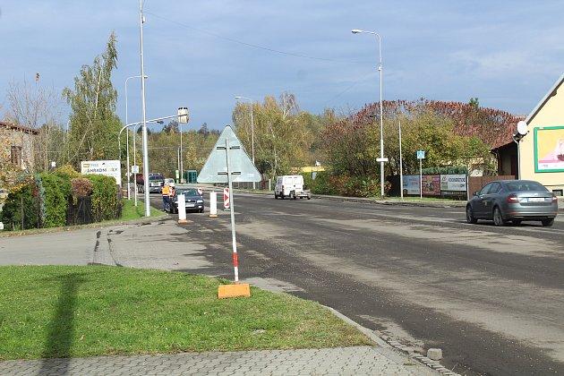 Ve Frýdku se dělníci pustili do opravy silnice II/477.
