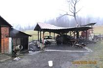 Požár přístřešku a auta v Janovicích.