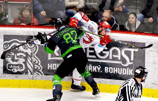 Nešlo to. Třinečtí hokejisté (vbílém) vneděli prohráli sMladou Boleslaví.