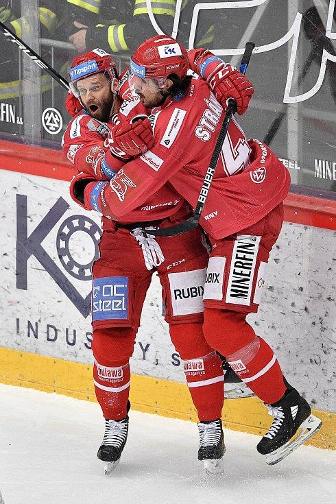 Semifinále play off hokejové Tipsport extraligy - 5. zápas: HC Oceláři Třinec - BK Mladá Boleslav, 11. dubna 2021 v Třinci. (Zleva) oslavuje gól Martin Růžička z Třince a Matěj Stránský z Třince.