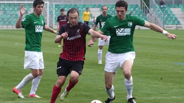 Bývalý hráč Třince a Frýdku-Místku Radek Szmek (na snímku vpravo) hraje třetí ligu v Chomutově.