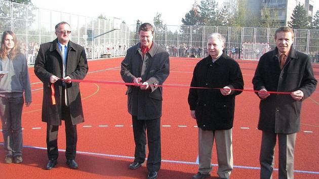 U 5. a 9. základní školy na ulici Elišky Krásnohorské ve Frýdku-Místku byl ve středu 21. října slavnostně otevřen nový sportovní areál.