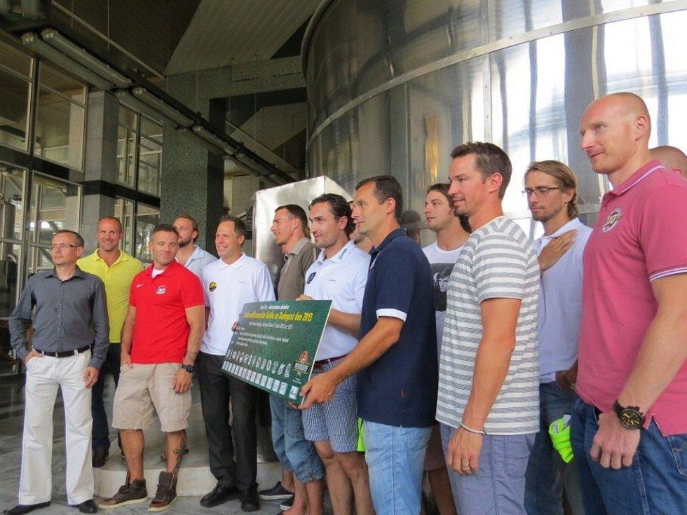 Čtrnáct hokejových extraligových kapitánů zahájilo ve středu v nošovickém pivovaru Radegast vaření nefiltrovaného piva.