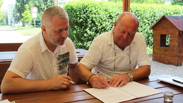 Nový kouč frýdecko-místeckých Valcířů Leoš Kalvoda (vpravo) právě podepisuje smlouvu s předsedou představenstva Radimem Mamulou.