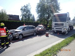 Kamion v Oldřichovicích zdemoloval čtyři osobní auta. Jeden muž následkům zranění podlehl.