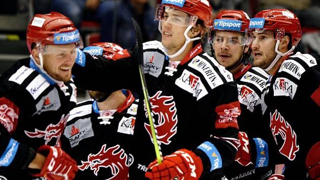 Martin Gernát (s hokejkou) slaví se spoluhráči druhý gól Třince. Ani vedení 2:0 však Ocelářům nestačilo.